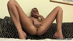 She uses her big toy in order to prepare that pussy to be fisted
